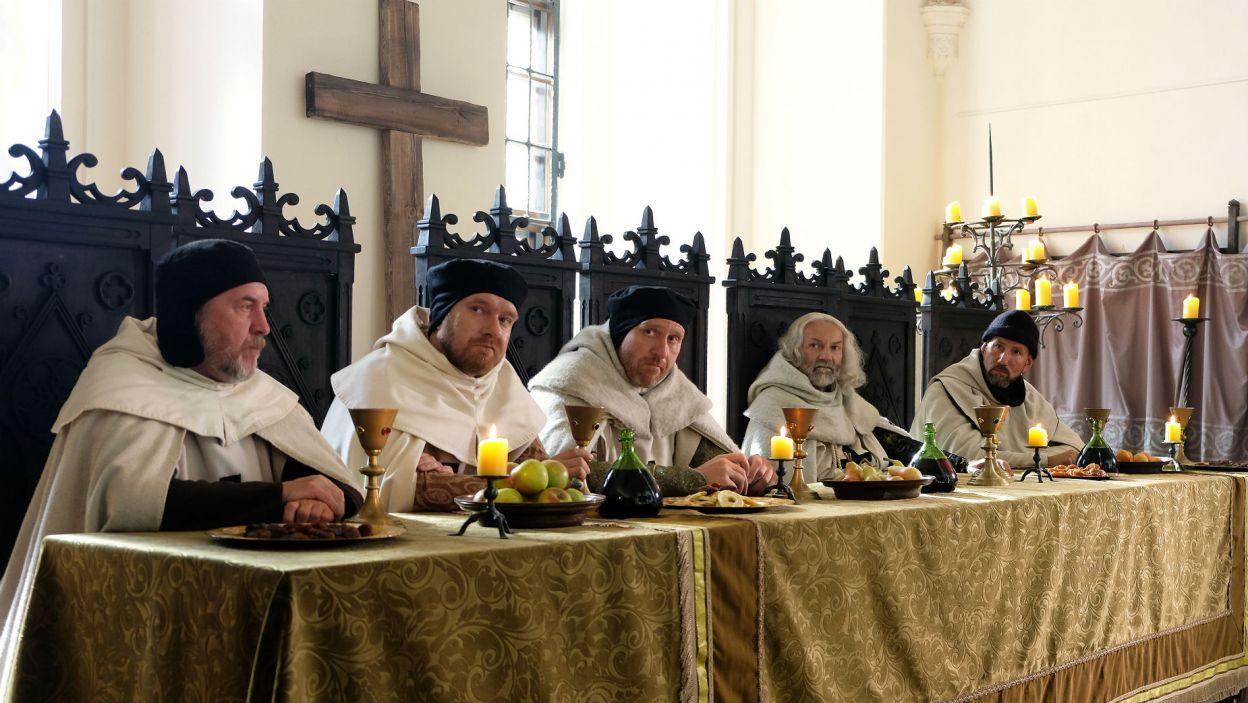 Krzyżacy nie mają jednak dobrych zamiarów. – Polacy są jak muchy, ciężko się od nich opędzić – mówią przy stole (fot. TVP)