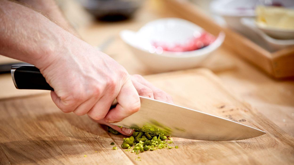 Kolejny składnik, który chciałoby się podjadać w trakcie szykowania – orzeszki pistacjowe. Posłużą do przystrojenia tortu (fot. TVP)