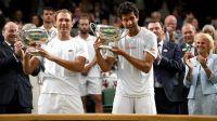 Łukasz Kubot i Marcelo Melo z pucharami za triumf w Wimbledonie (fot. Getty Images)