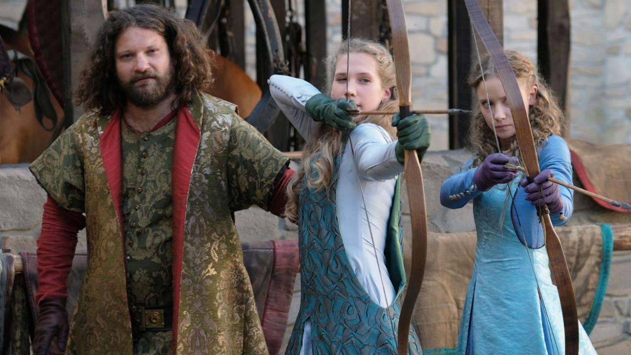 Królewny uczą się strzelać z łuku pod okiem wuja. W umiejętnościach łuczniczych dorównują matce? (fot. TVP)