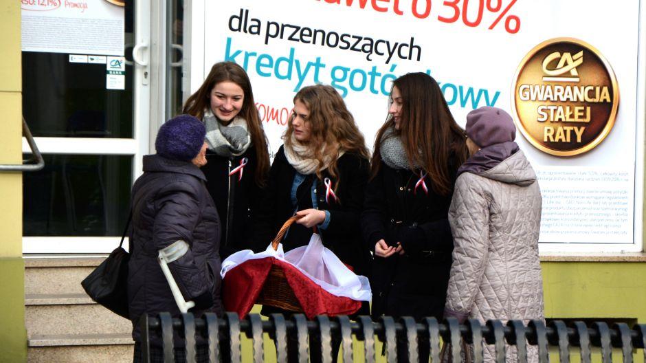 Tradycja łączy pokolenia: uczennice I LO w Żninie, obdarowując mieszkańców miasta biało-czerwonymi słodkościami, przekonały się, że patriotyzm to sposób na przełamywanie barier międzypokoleniowych, szczególnie, gdy dzieje się to na Placu Wolności (fot. Kinga Kwiatkowska)