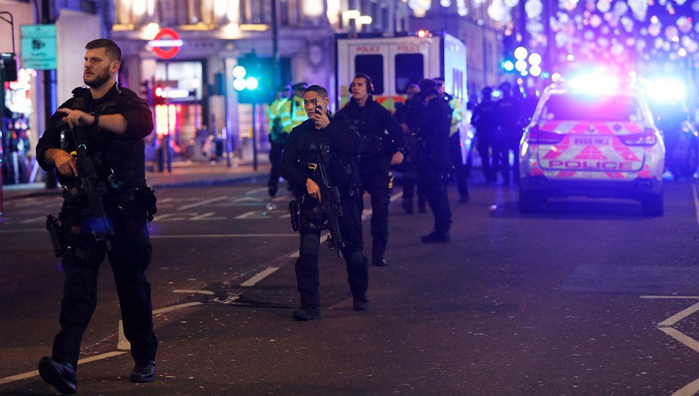 Na miejscu są uzbrojeni funkcjonariusze (fot. REUTERS/Peter Nicholls)