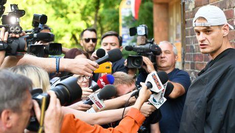 Tomasz Komenda w drodze na przesłuchanie przez prokuraturę we Wrocławiu (fot.  PAP/Maciej Kulczyński)