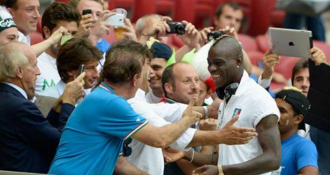 Włoscy fani i ich napastnik Mario Ballotelli (fot. Getty Images)