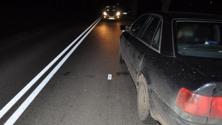 Piesza uderzyła w lewy bok auta i upadła na jezdnię (fot. KWP Olsztyn)