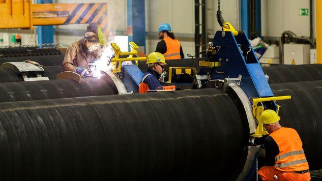 Niemieccy robotnicy pracujący nad rurami dla gazociągu Nord Stream 2, Sassnitz, Niemcy (fot. Carsten Koall/Getty Images)