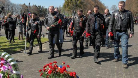 Motocykliści z Kaliningradu przyjechali w tym roku na wojenny cmentarz w Braniewie po raz siódmy (fot. Tomasz Waszczuk/PAP)