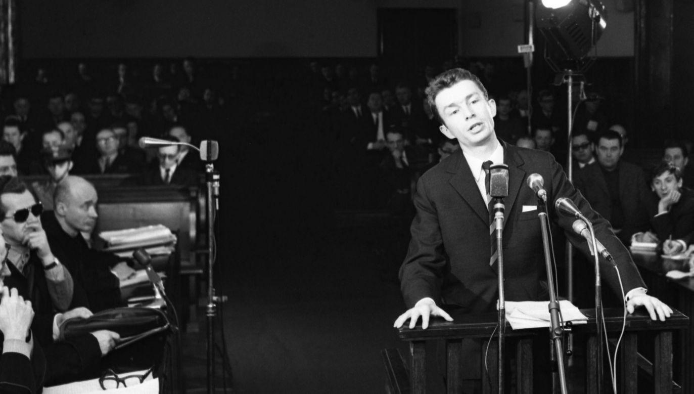 """Jakub Karpiński odpowiada przed sądem podczas tzw. procesu """"taterników"""". Warszawa, luty 1970 r."""