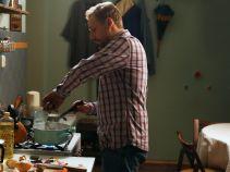 W końcu Krzysiek postanawia ugotować pożywną zupę (fot. TVP)