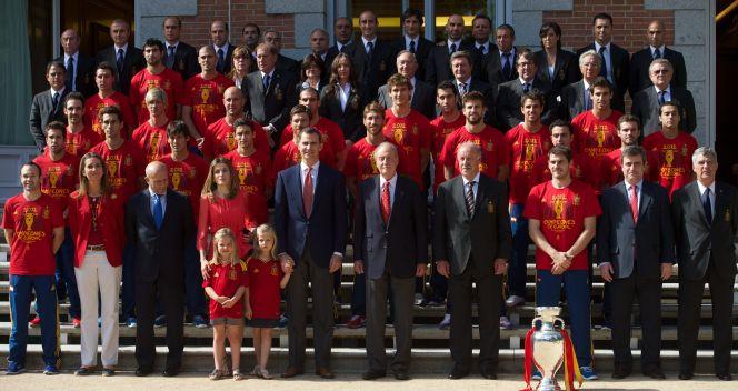 Pamiątkowe zdjęcie piłkarzy La Furja Roja z rodziną królewską (fot. Getty Images)