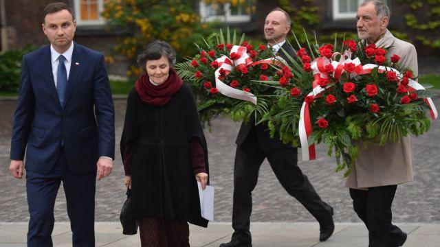 Prezydent elekt złożył kwiaty na grobie Lecha Kaczyńskiego. Oficjalne wyniki poznał na Jasnej Górze. Tak minął dzień po wyborach