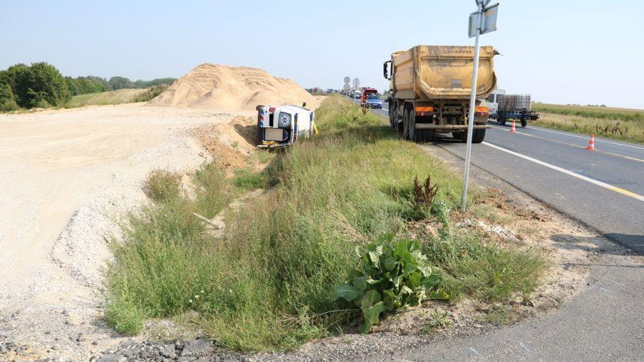 Kierowca i pasażer karetki zostali ranni