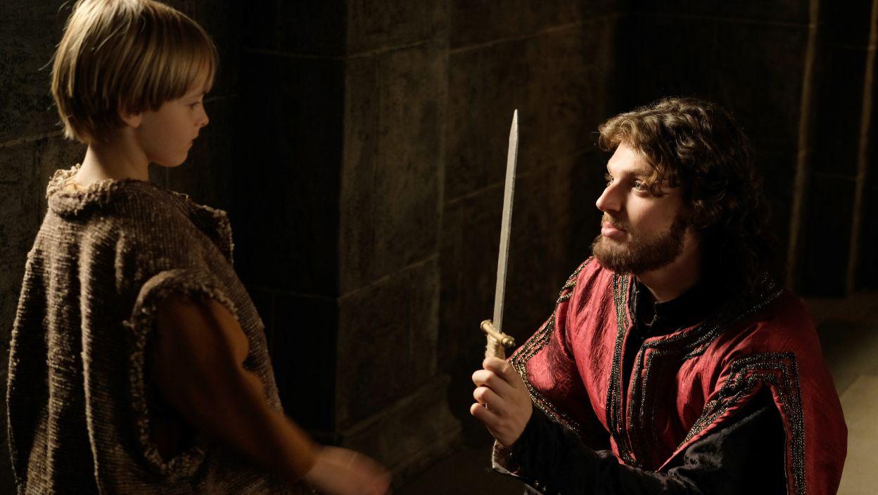 Anna obserwuje Kazimierza podczas zabawy z małym Maćkiem, rosną w niej obawy, że ponownie nie da królowi syna (fot. M. Makowski/TVP)