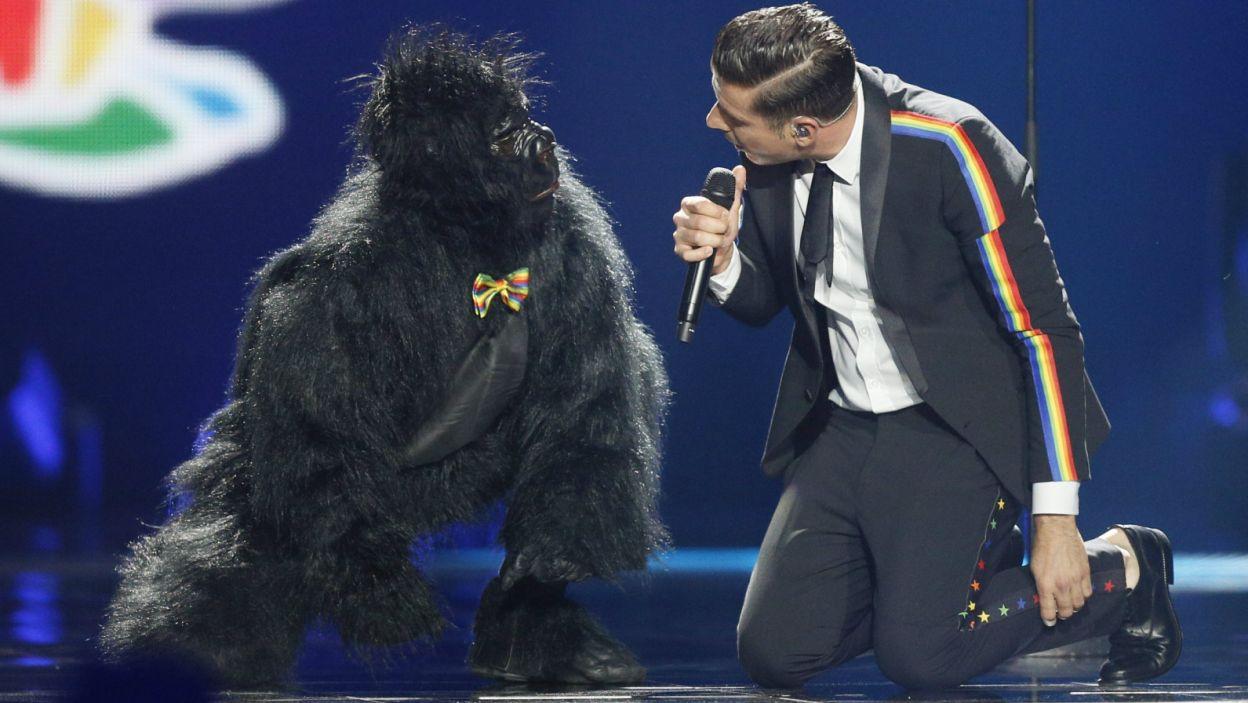 Jeden z faworytów, zwycięzca festiwalu w San Remo, Francesco Gabbani na scenie wystąpił z małpą. Nic to jednak nie dało i Włoch zajął 6. miejsce (PAP/EPA/SERGEY DOLZHENKO)