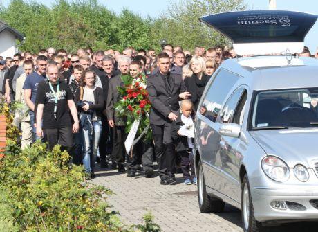Pogrzeb kibica z Knurowa, który zmarł po postrzeleniu gumowym pociskiem z policyjnej broni