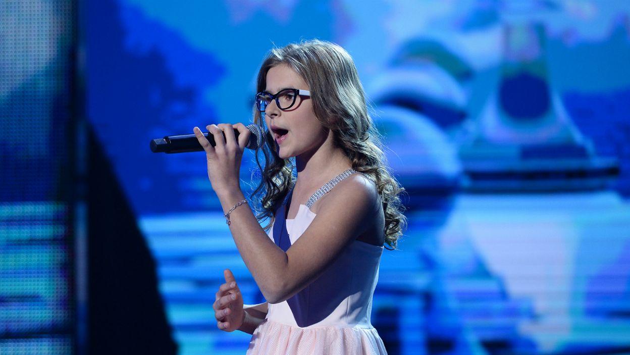 """11-letnia marzycielka Ula Dorosz wykazała się dużą dojrzałością, śpiewając """"Zycie to nie gra"""" (fot. J. Bogacz/TVP)"""