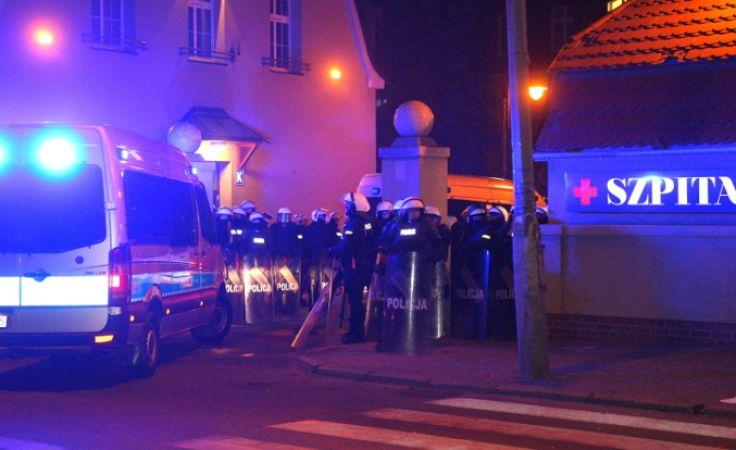 Policja przed szpitalem w Knurowie. Foto. PAP/Andrzej Grygiel