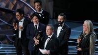 """Twórcy filmu """"Coco"""" odbierają nagrodę za najlepszy pełnometrażowy film animowany (fot. REUTERS/Lucas Jackson)"""