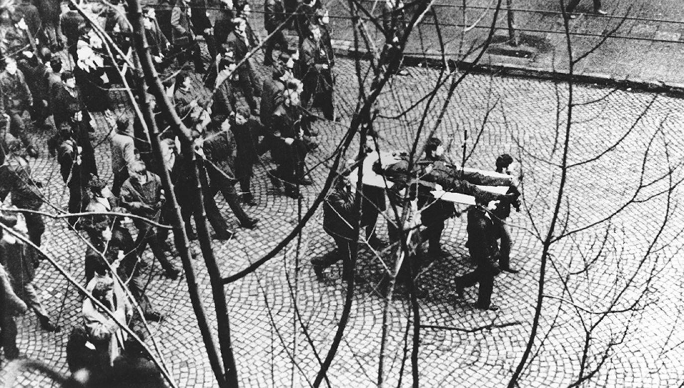 Demonstranci niosą na drzwiach zwłoki Zbigniewa Godlewskiego (fot. arch.PAP/Edmund Pepliński)