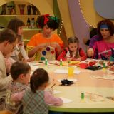 Przygotowania do Dnia Mamy – dzieci robią laurki..., (fot. TVP)