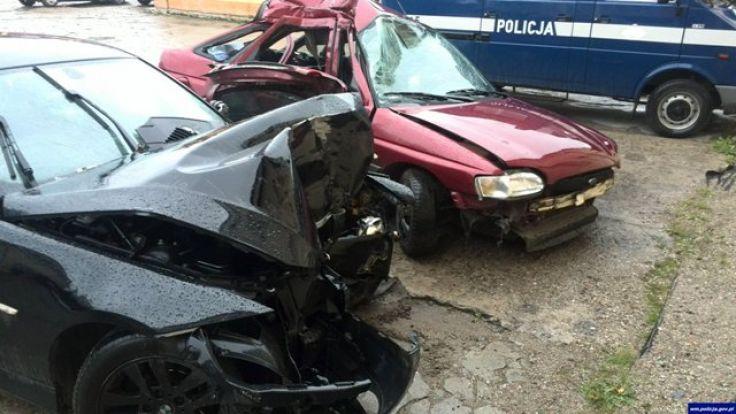 Zakleszczoną kobietę strażacy musieli wycinać z wnętrza auta (fot. KWP Olsztyna)