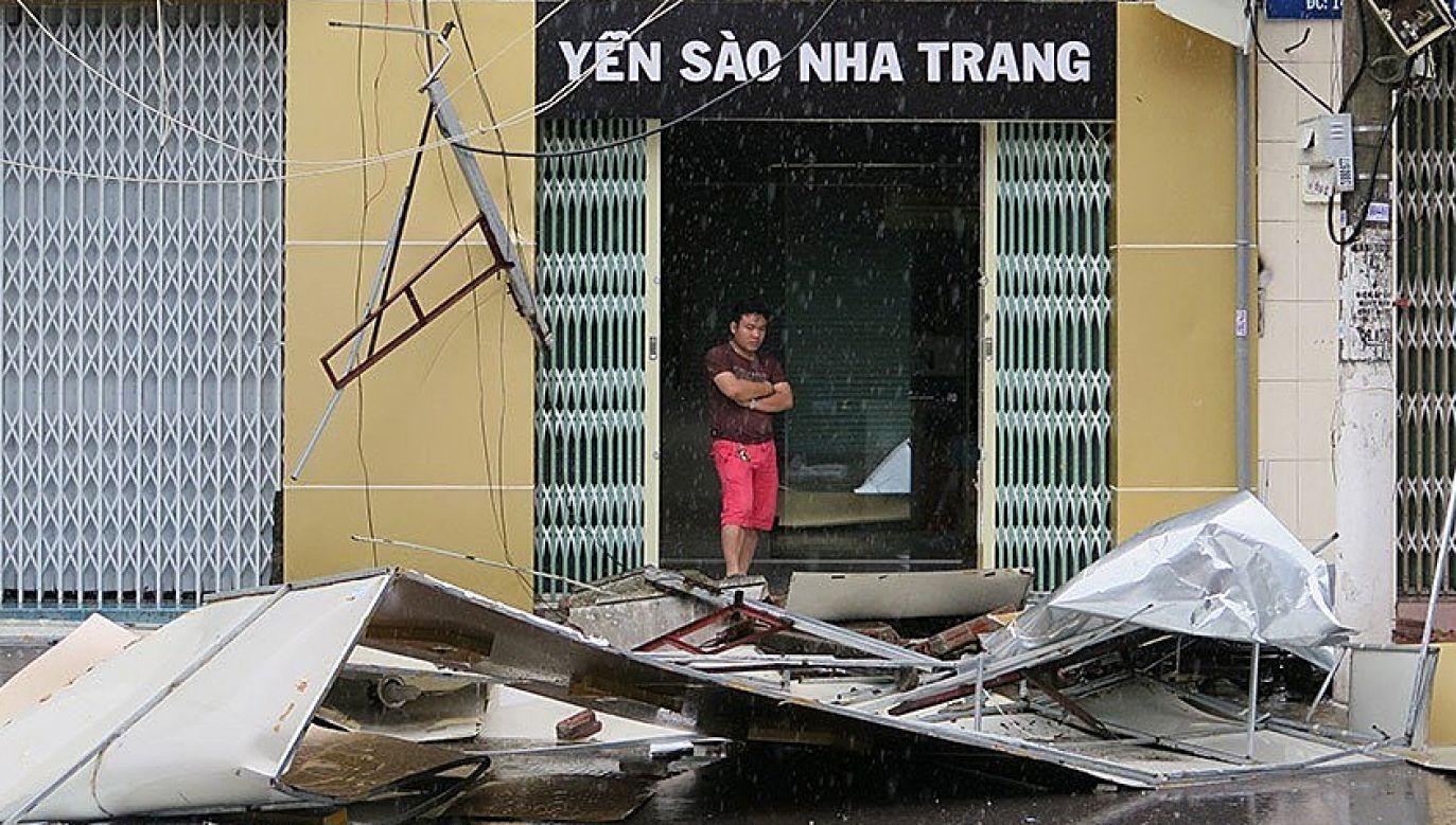 Wiatr zerwał tysiące dachów (fot. PAP/EPA/STR)