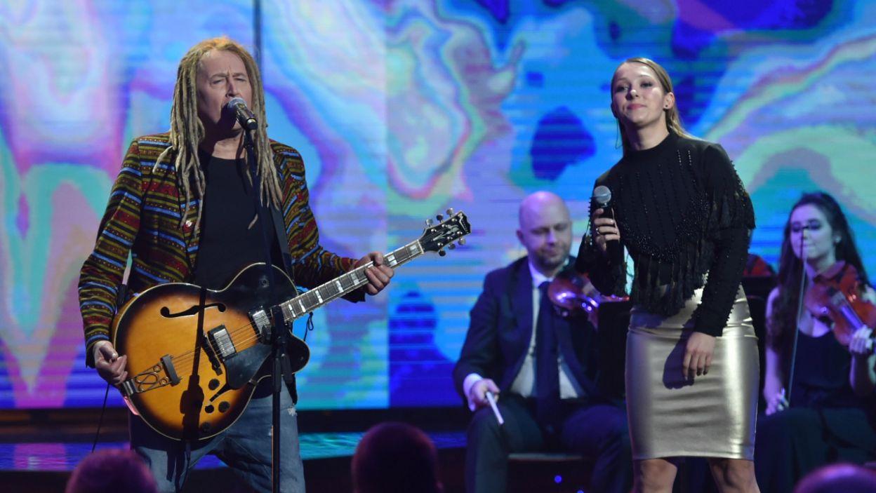 """O """"Triumfach Króla Niebieskiego"""" zaśpiewali Agnieszka Cudzich i Maleo... (fot. I. Sobieszczuk/TVP)"""