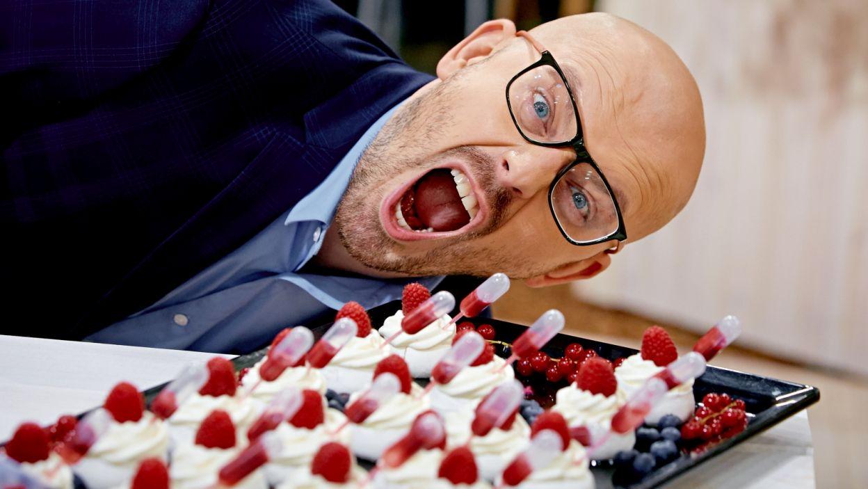 Beza chrupiąca na zewnątrz i puszysta w środku. Słodycz zrównoważona kwaśnym kremem i do tego sos – to idealna Bufetowa Pawłowa, według Krzysztofa Ilnickiego (fot. TVP)