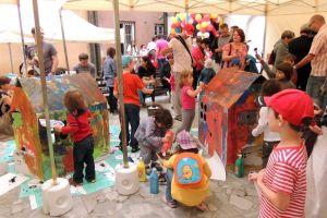 edukacja-literacka-dzieci-na-pikniku-jest-realizowana-poprzez-rozne-formy-aktywnosci-artystycznej