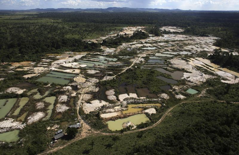 Nielegalna kopalnia złota położona na obszarze wylesionego lasu deszczowego w Amazonce (fot. REUTERS/Nacho Doce)