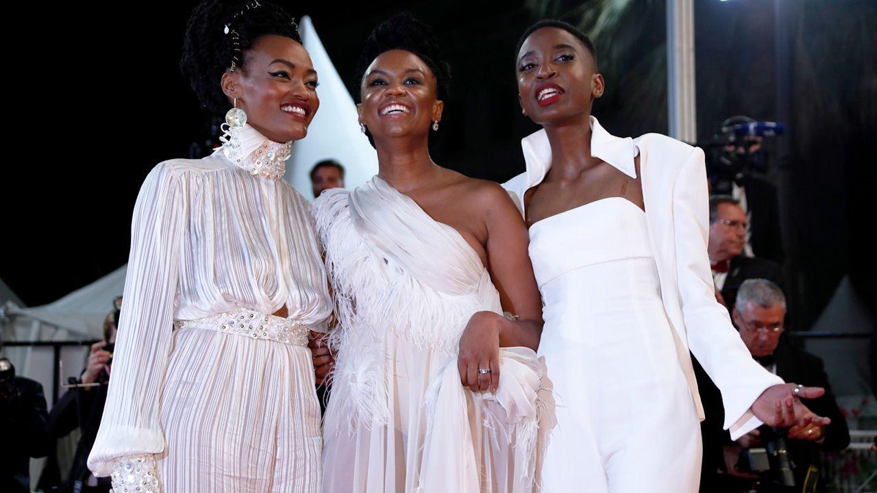 Kenijska reżyser Wanuri Kahiu (C), aktorki Sheila Munyiva i Samantha Mugatsia przybywają na pokaz filmu