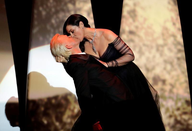 Mistrzyni ceremonii Monica Bellucci pocałowała na scenie aktora Alexa Lutza (fot. REUTERS/Eric Gaillard)