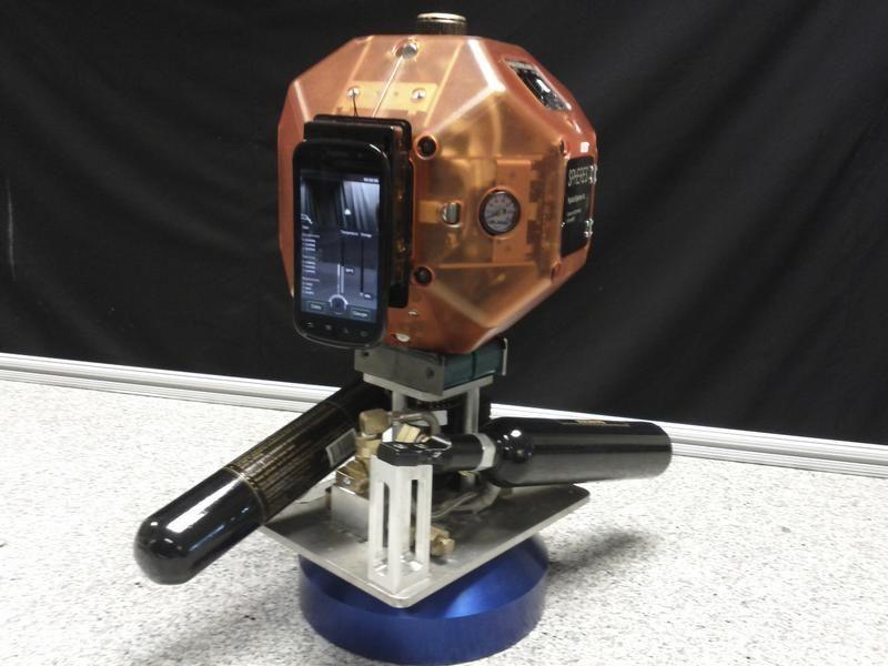 Prototyp swobodnego robota kosmicznego wyposażonego w smartfon Smart SPHERES (fot. REUTERS/NASA/Handout)