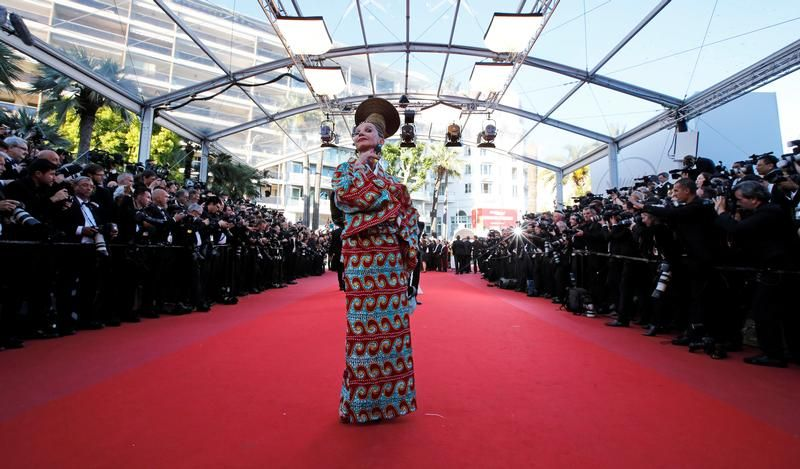 Victoria Abril na czerwonym dywanie (fot. REUTERS/Jean-Paul Pelissier)