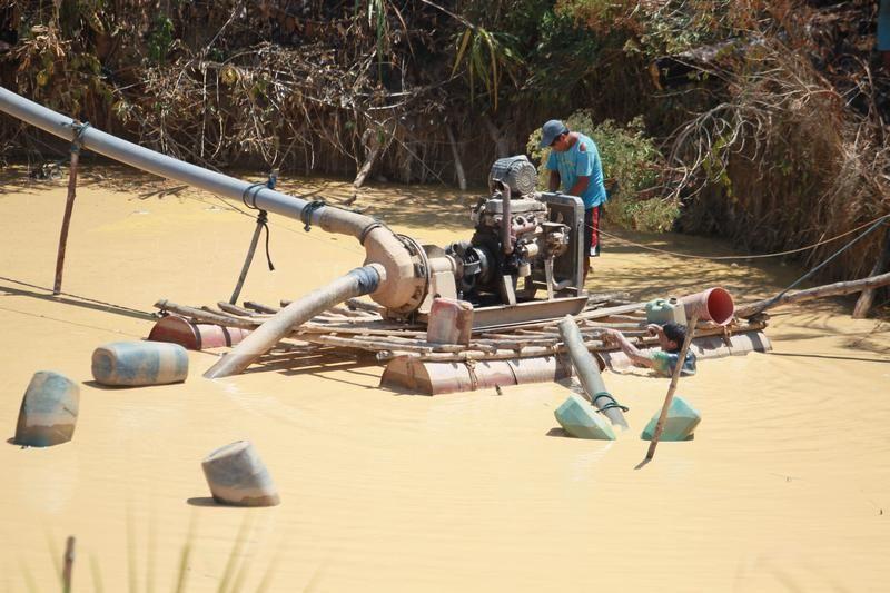 Nielegalny połów złota w Puerto Luz (fot. REUTERS/Miguel Bellido/El Comercio)
