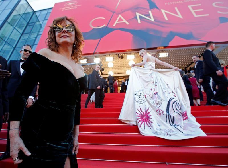 Susan Sarandon dekoltem mocno zwracała na siebie uwagę (fot. REUTERS/Jean-Paul Pelissier)