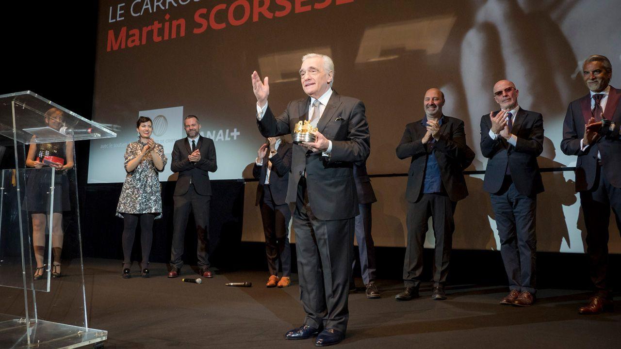 Amerykański filmowiec Martin Scorsese pozuje na scenie po otrzymaniu honorowej nagrody Carrosse d'or  podczas ceremonii otwarcia (fot. PAP/EPA/Arnold Jerocki)