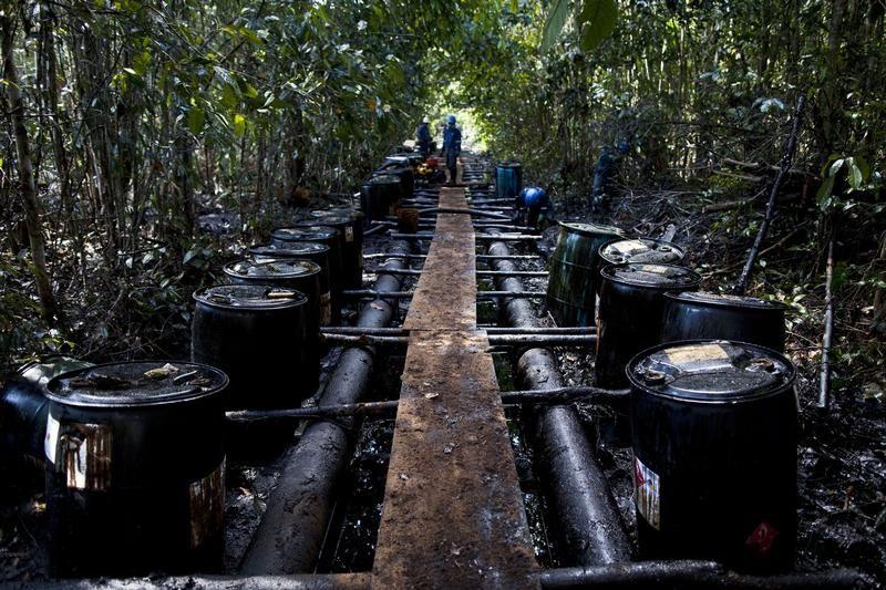 Pracownicy firmy Pluspetrol myją się po wycieku ropy naftowej w Loreto (ot. REUTERS/Antonio Escalante)