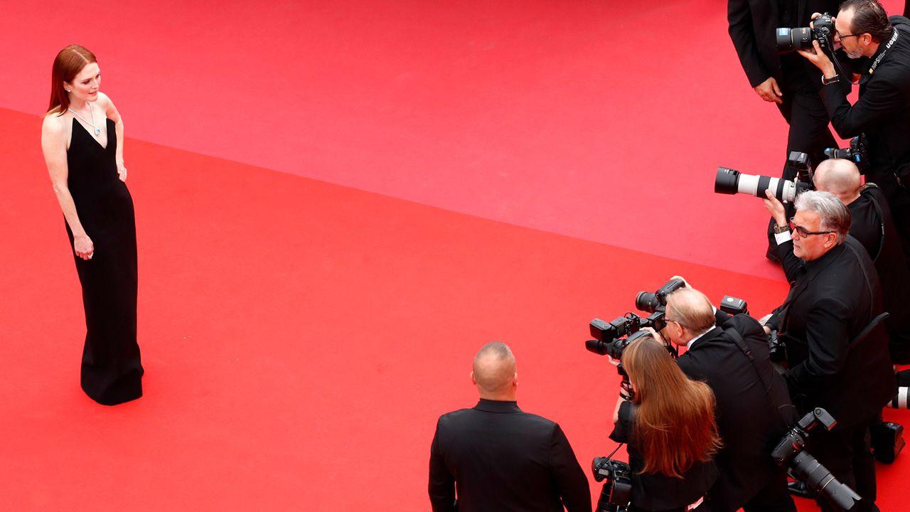 Aktorka Julianne Moore przed obiektywami fotoreporterów (fot. PAP/EPA/FRANCK ROBICHON / POOL)