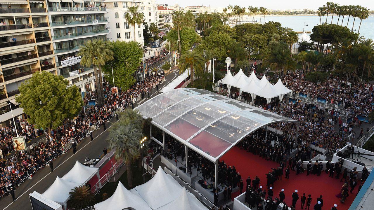 """Za chwilę zacznie się pokaz filmu """"Wszyscy wiedzą"""" (Todos Lo Saben) i ceremonia otwarcia 71. corocznego Festiwalu Filmowego w Cannes  (fot. PAP/EPA/Nicholas Hunt / POOL)"""