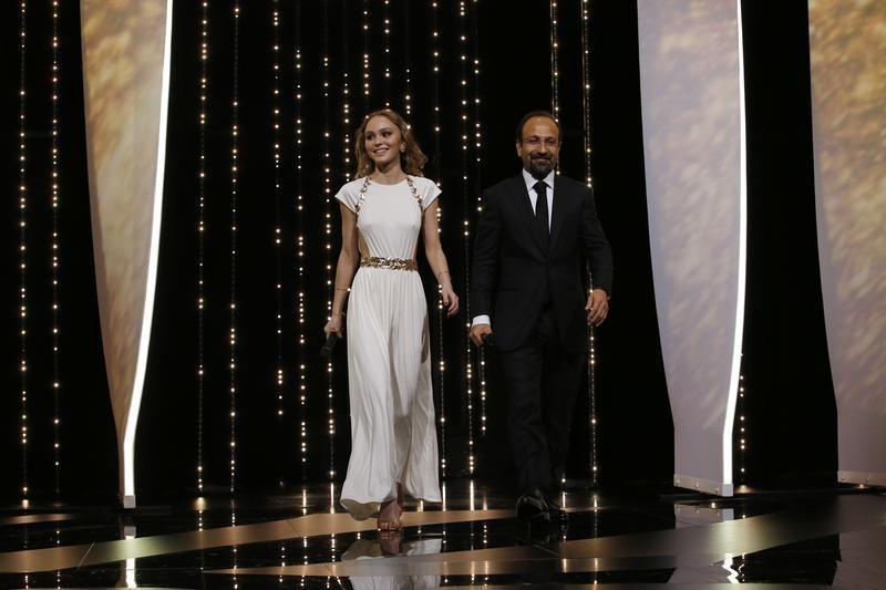 Reżyser Asghar Farhadi i aktorka Lily-Rose Depp (fot. REUTERS/Stephane Mahe)