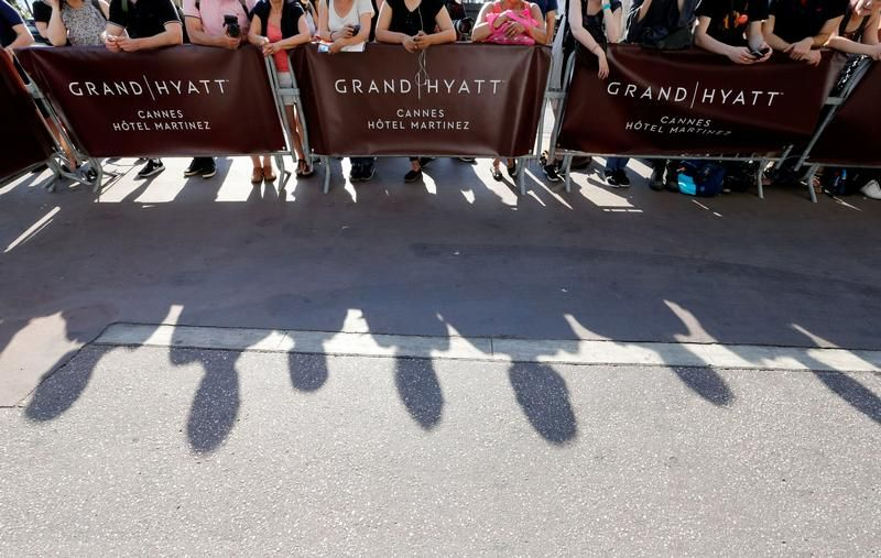 Już same przygotowania do ceremonii sprowadziły tłumy gapiów (fot. REUTERS/Regis Duvignau)