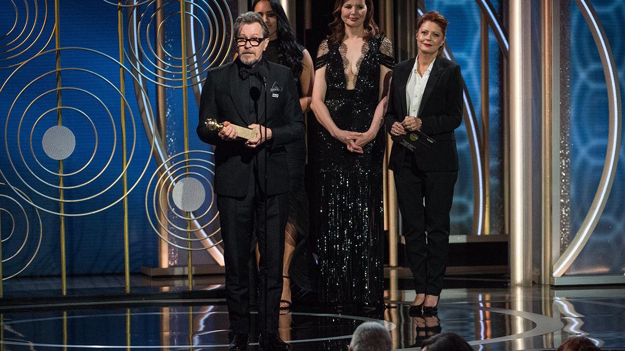 Gary Oldman otrzymał nagrodę z rąk Geeny Davis i Susan Sarandon (fot. EPA/PAP)