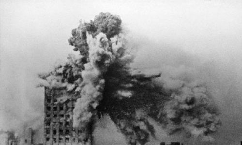 Gmach Prudentialu trafiony pociskiem z niemieckiego samobieżnego moździerza typu Karl, 28 sierpnia 1944. Fot. Sylwester Braun, Domena publiczna, https://commons.wikimedia.org/w/index.php?curid=4002882
