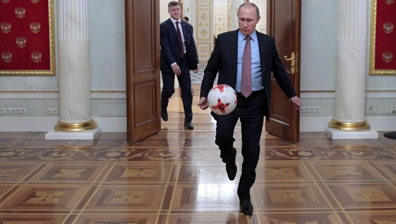 Władimir Putin przy piłce. Fot. REUTERS/Sputnik/Alexei Druzhinin/Kremlin