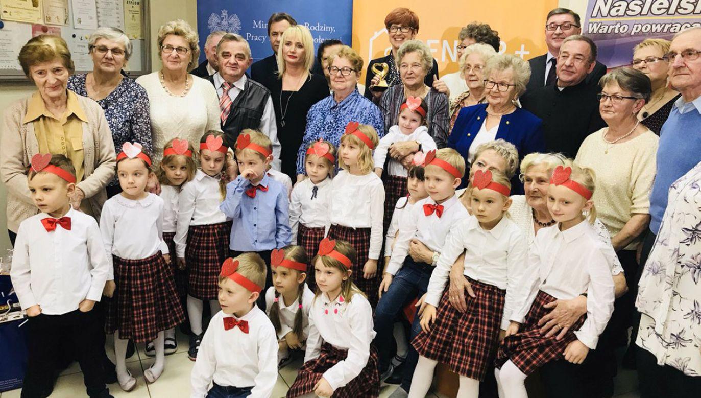 Minister Rafalska uczestniczyła w uroczystości z okazji Dnia Babci i Dnia Dziadka w Klubie Senior Plus w Nasielsku (fot. tt/@MRPiPS_GOV_PL)
