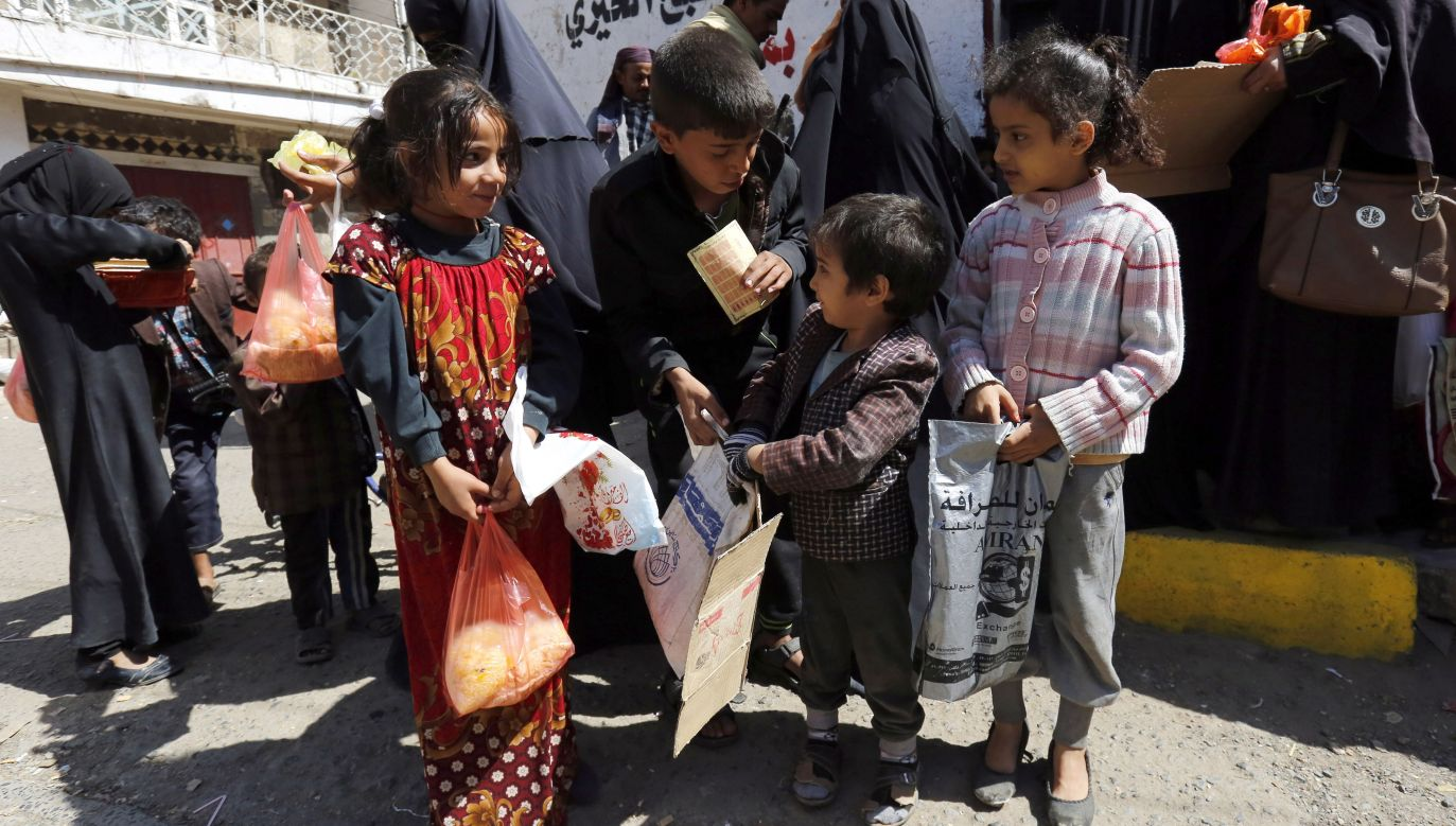 Conflict-affected children receive free food rations from a local charity in Yemen. Polish Humanitarian Action aims at providing additional help in the country. Photo: EPA/Yahya Arhab