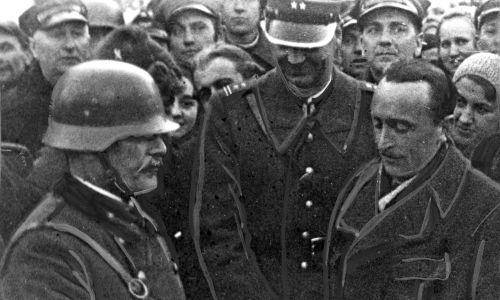 Ofiarowanie przez delegacje gmin pogranicznych dowódcy wojsk węgierskich chleba i soli. Widoczny m.in. podpułkownik Władysław Ziętkiewicz (stoi w środku, w mundurze).
