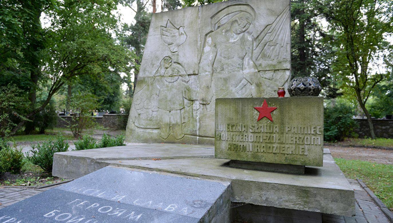 Pomnik poświęcony żołnierzom Armii Radzieckiej na kieleckim Cmentarzu Żołnierzy Radzieckich (fot. arch.PAP/Piotr Polak)