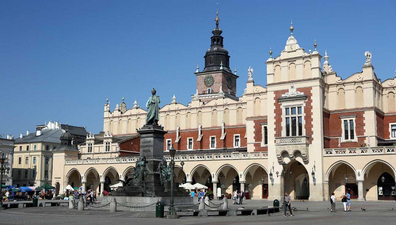 Pomnik Mickiewicza stoi na krakowskim rynku od 1898 roku (fot. arch. PAP/Stanisław Rozpędzik)